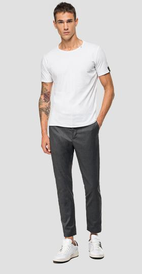 Chino trousers with buttons on the sides
