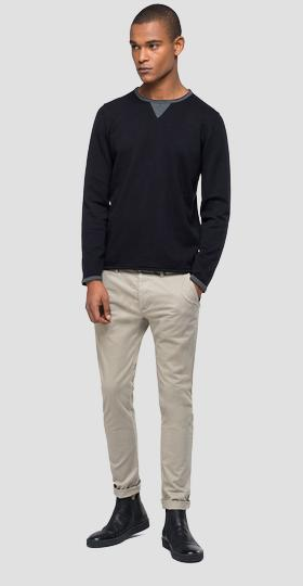 Sweater with contrasting-coloured details