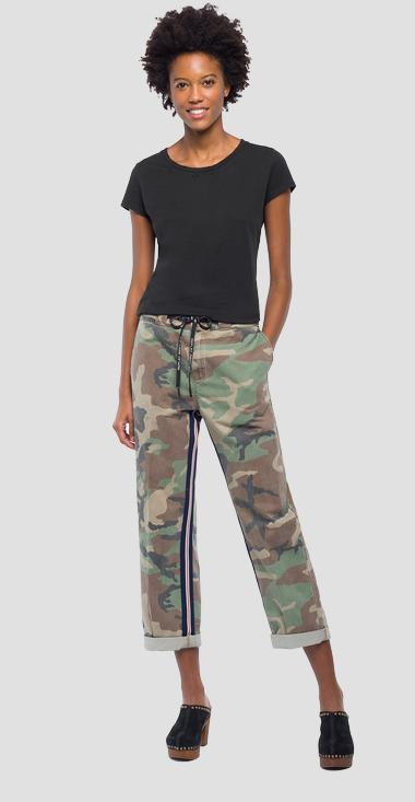 Pantalón chino con estampado de camuflaje - Replay W8812_000_71638_010_1